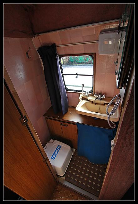 La salle de bains, avec évier, douchette, et petit WC (très petit... va falloir faire quelque chose!)