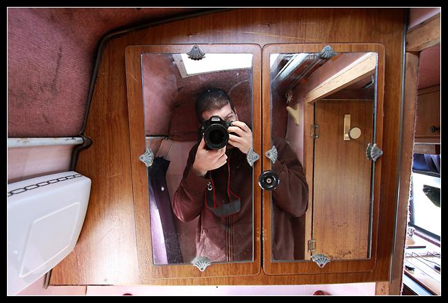 Un superbe meuble de salle de bains, avec un p'tit mirroir pour se voir dedans