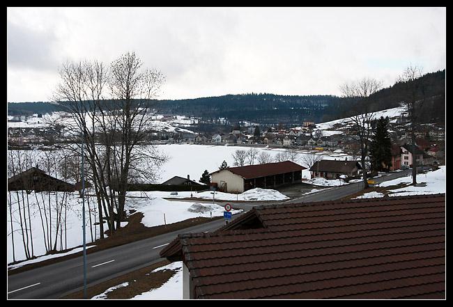 et une belle vue sur le village et le lac gelé.