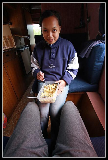 Petite table improvisée sur les genoux