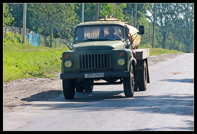 plein de gros camions tout droit sortis de l'après guerre