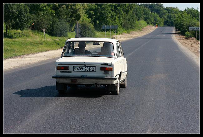 c'est le paradis des Lada. Il y'en a même qui sont tunées façon Jacky avec aileron, autocollant chromé et tout… j'essaierai d'en prendre en photo…