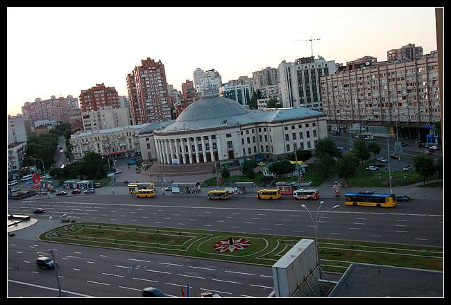 Vue depuis la chambre sur l'hotel du cirque et la place centrale