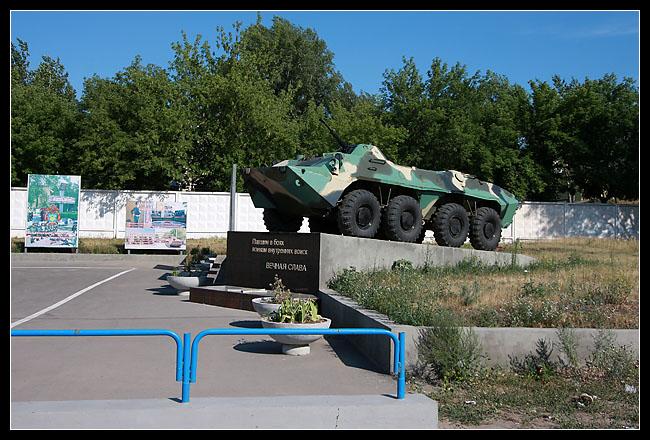 (on trouve souvent ce genre de « monuments » : des tanks, avions de chasse, missiles, etc)